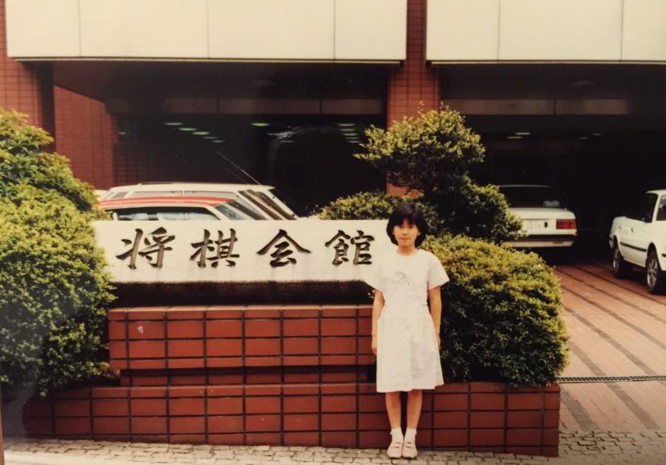 将棋会館前にて(9歳)