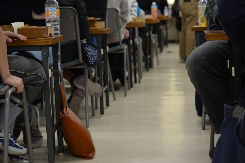東京・将棋会館道場。たくさんの人が対局中