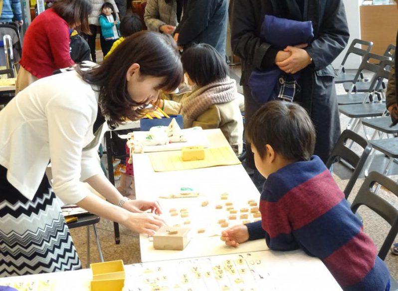 盤の上で駒を並べて上げるだけでも子どものサポートに。