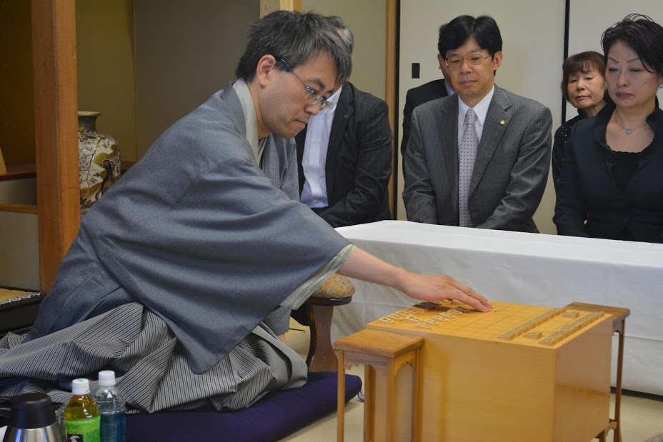 第74期名人戦で佐藤八段(当時)を迎えうつ羽生名人(当時)
