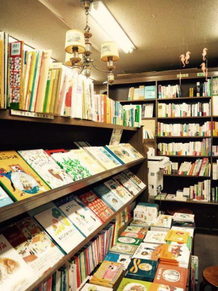 店内には選りすぐりの絵本が並ぶ