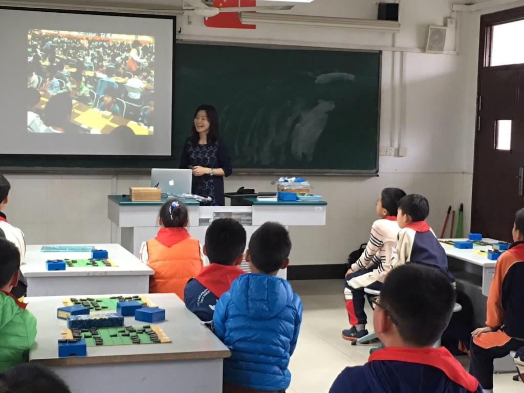 上海の子どもたちに、日本での子ども将棋大会や着物姿でのタイトル戦の様子などを紹介しました。