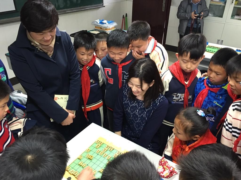上海の子どもたちと一局。駒を並べる所作を真剣にみてくれました。