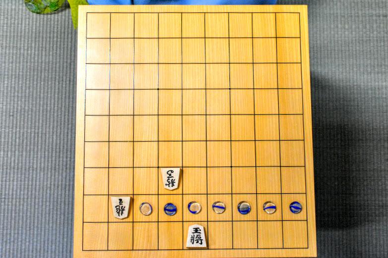 ダイナミックな駒の利きを使って王様が捕まえにくい上方向に移動するのを阻止。