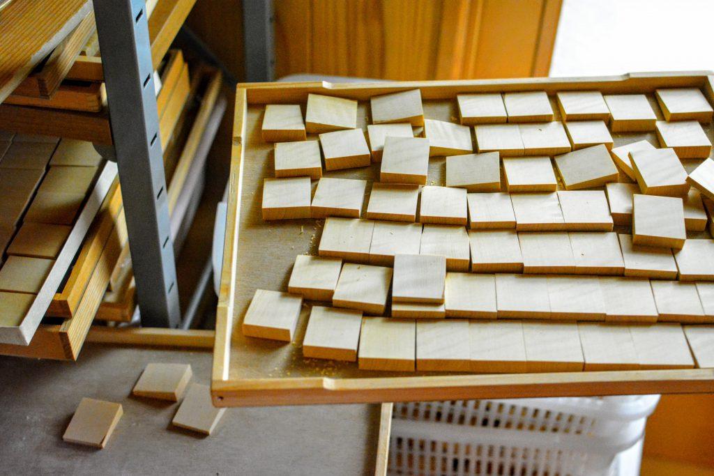 駒1枚1枚の木地が製材されている。