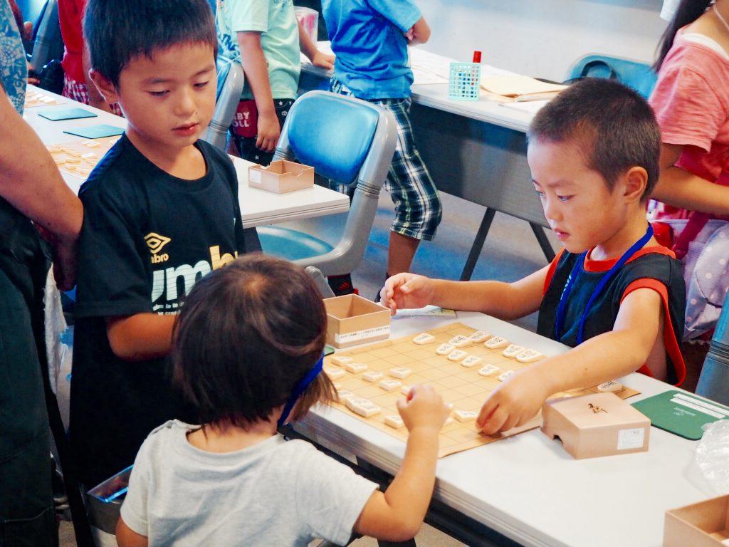 教室が始まる前から駒を並べて対局を始める子どもたち。