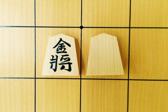 裏に字のない金将には美しい柾目の木地が使われる。