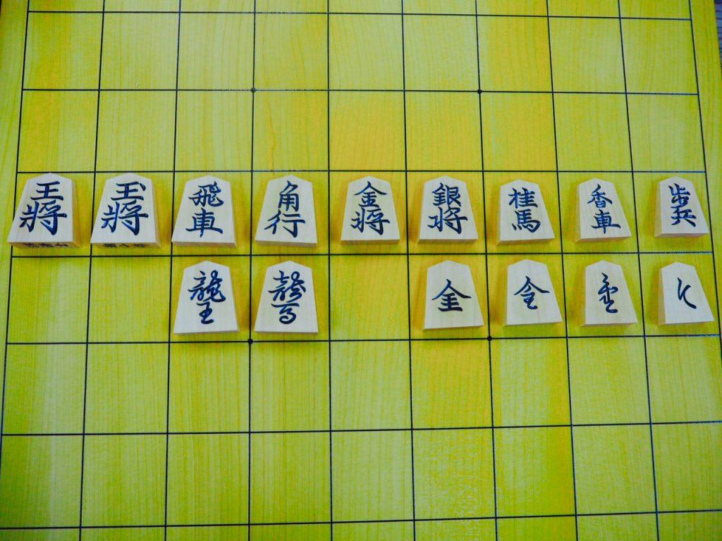 「淇洲」の書体。玉将の点の位置やと金が特徴的。
