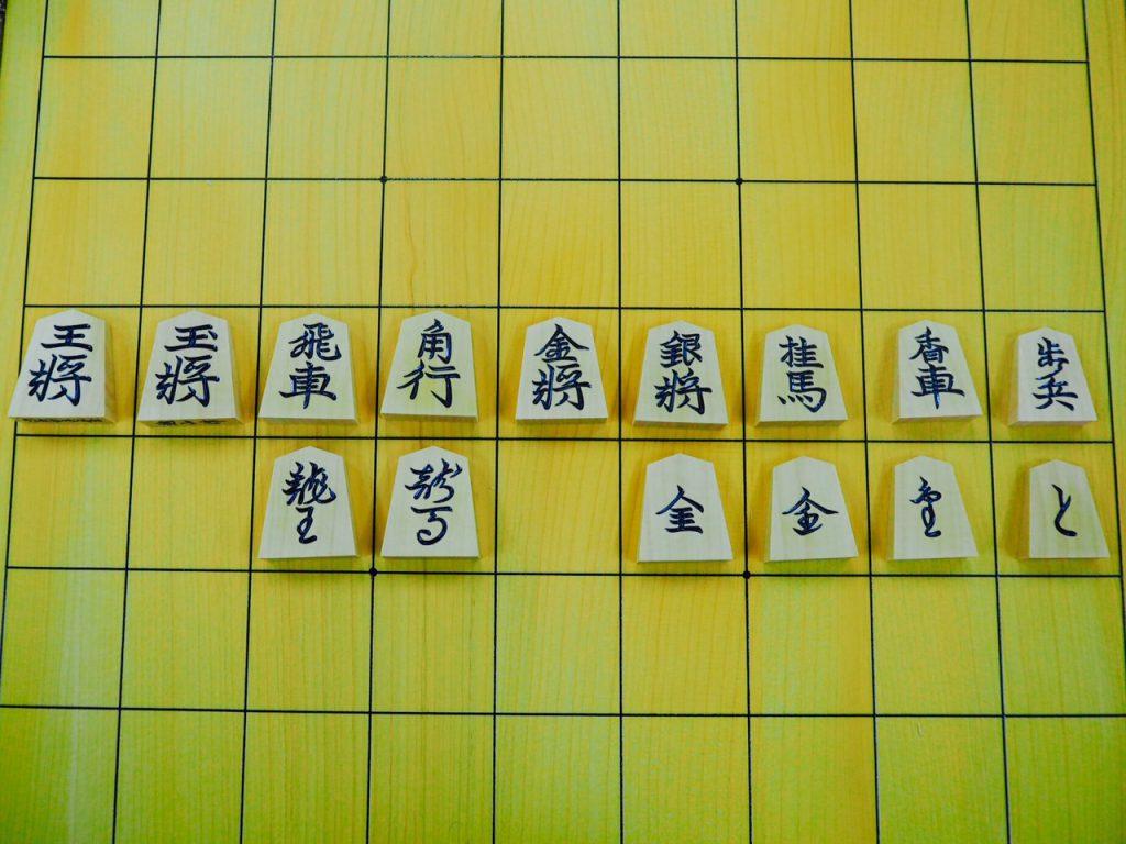 「源兵衛清安」の書体。駒の形に合わせて末広がりになるのが特徴。