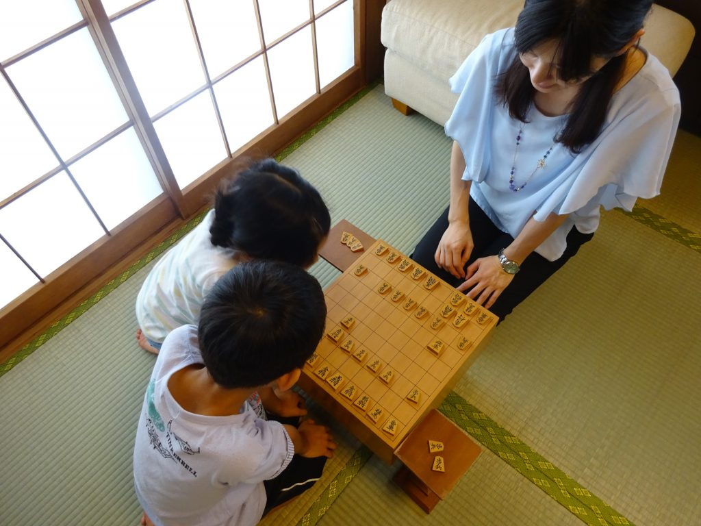 畳の部屋が主流だった頃には、一家に一台脚付将棋盤がありました。