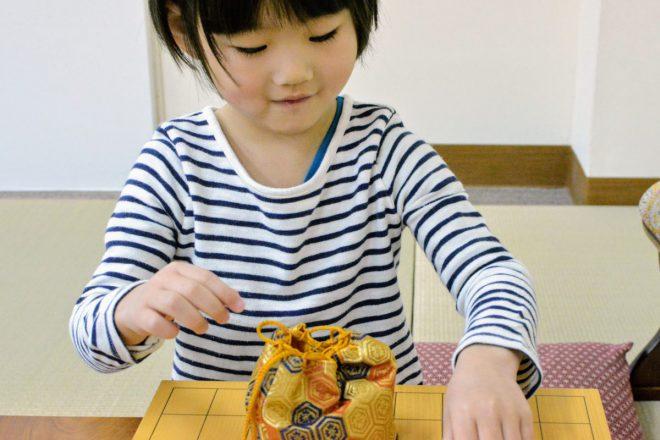 子どもたちの棋力が上がってくると、一生モノの将棋駒もいいかもしれません。