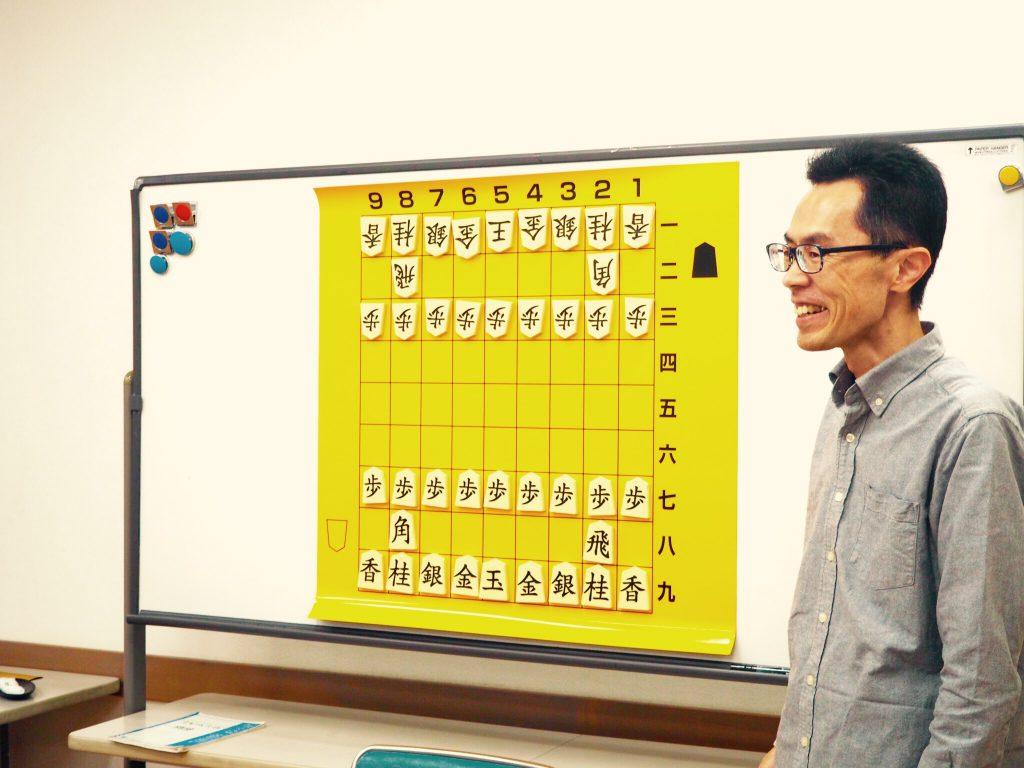 子どもたちに将棋を教える井口さん