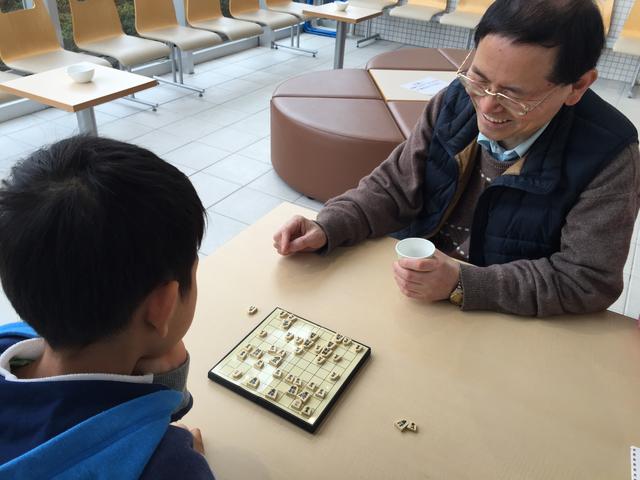 久々に会ったお孫さんと将棋をして成長を実感