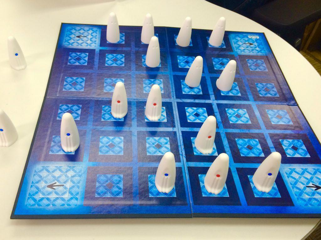 オバケの駒を交互に動かしながら、取ったり取られたり(時には取らせたり)するゲームです。