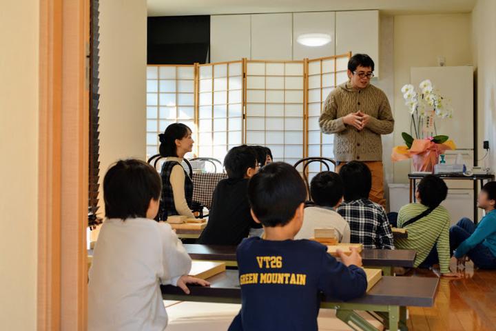 たくさんの子どもたちがいる中で楽しく将棋が学べます。