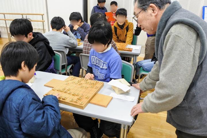 子どもたちから90歳の方まで、将棋を通じた地域交流が行われています。