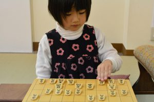 将棋を指す女の子