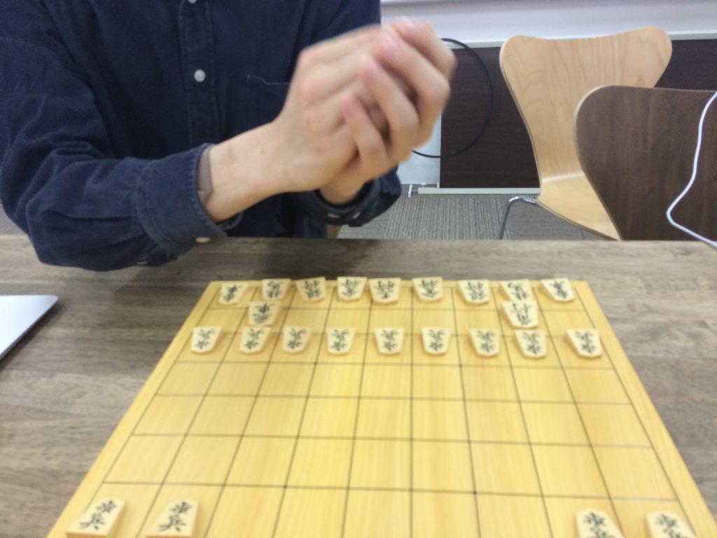 将棋では、振り駒を使って先手後手を決めます。