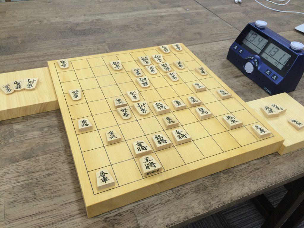 チェスクロックは、相手が駒の確認をするときに邪魔にならない位置に。