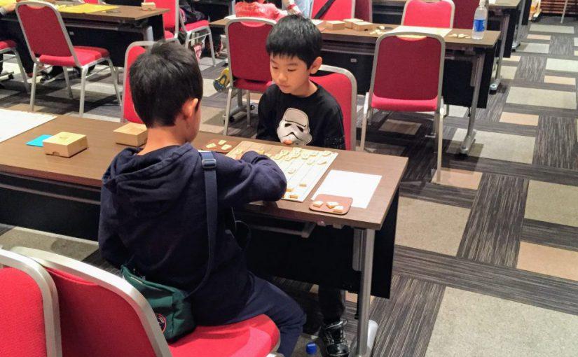 子どもは将棋大会での対局を通じて仲良くなる