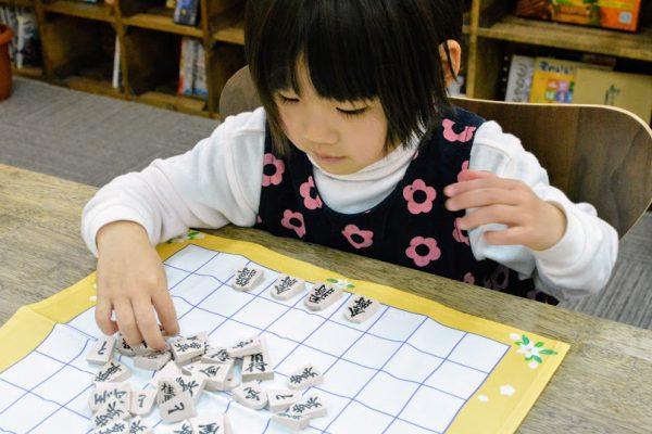 実際に将棋盤と駒を使えば、将棋の学習がもっと楽しく。