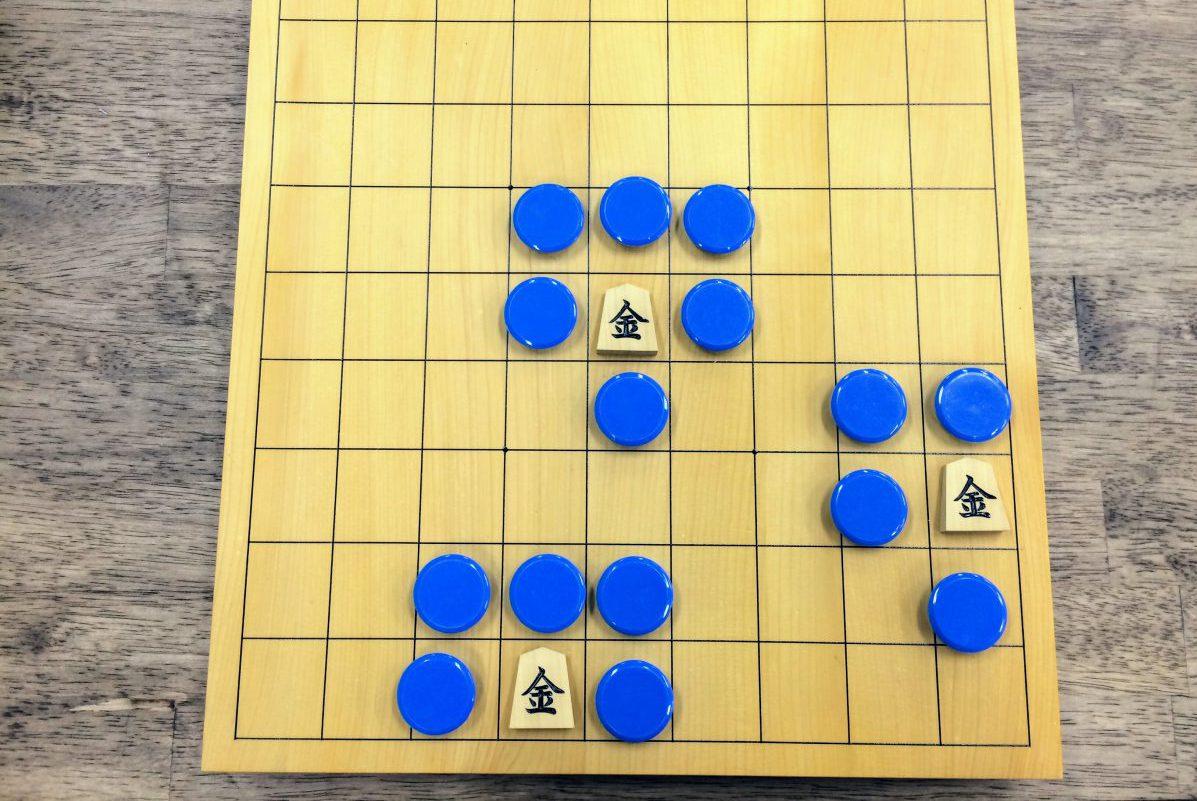 利きに置くのはおはじきじゃなくても大丈夫。大切なのは、実際の将棋盤を使ってみること。