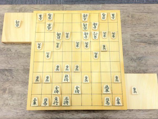 9×9の将棋盤の1部分にフォーカスを当てる場合は、駒と駒がぶつかっている場所を探してみて。