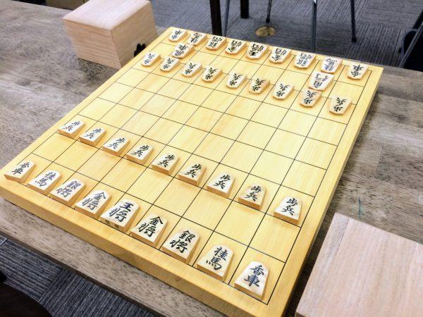 駒を落とす上手側が隙間のない駒箱のハコ側を持つなどのルールを作ってみるといいかも