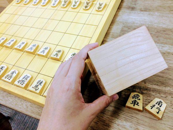 駒袋がないときは駒台にした駒箱の中に落とした駒をしまうようにしましょう。