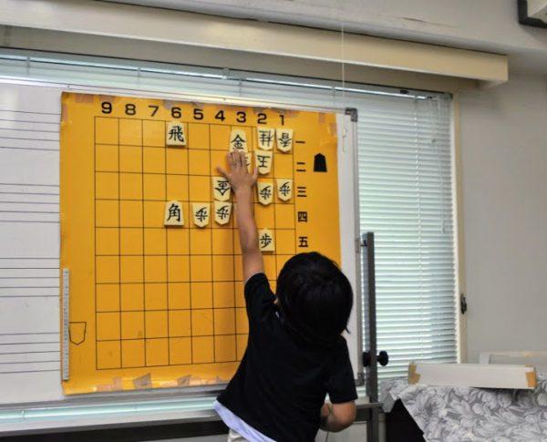 将棋では、決められた条件下で最善手を探すことが大切。