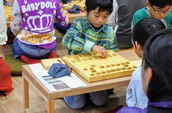 府中教室では、座布団に座って将棋を指します。