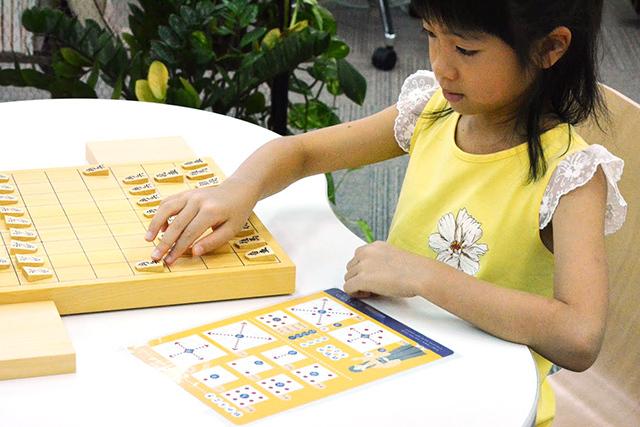まだ将棋の駒の動かし方を覚えていないお子さんでも将棋を指して遊ぶことができます。