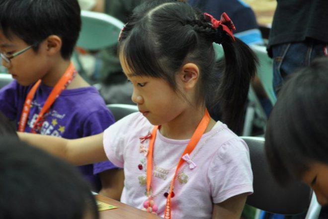 初心者の子どもたちに勝つ喜びと同時に勝負の厳しさを教えるのが将棋の講師の役目の1つ