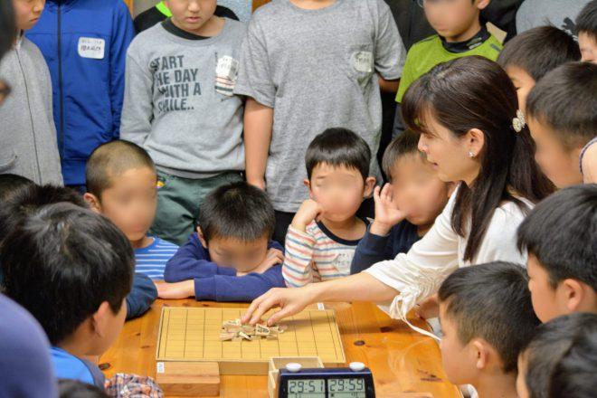 子どもたちと将棋で交流を図りました。