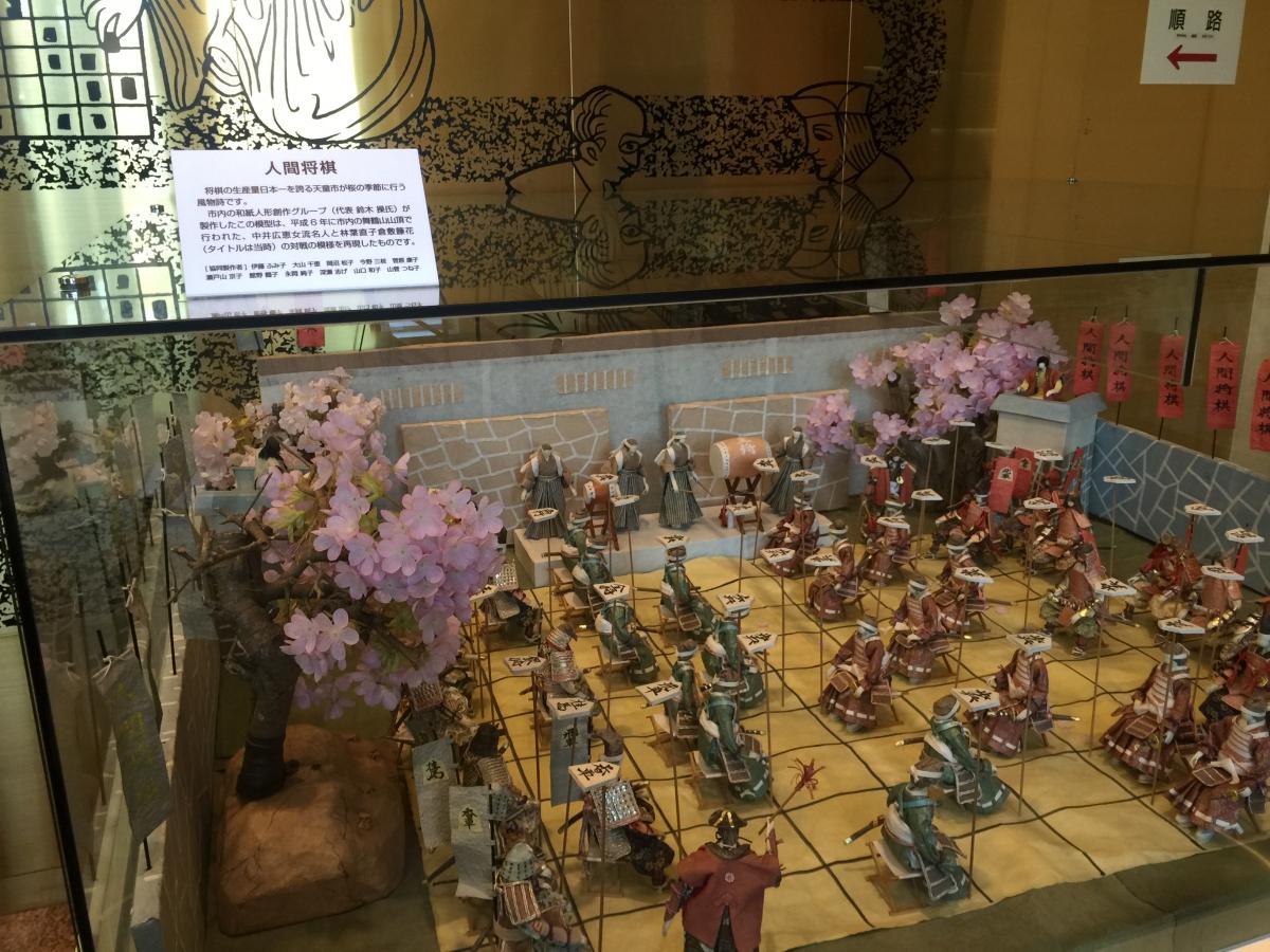 天童資料館には、人間将棋の模型があります。
