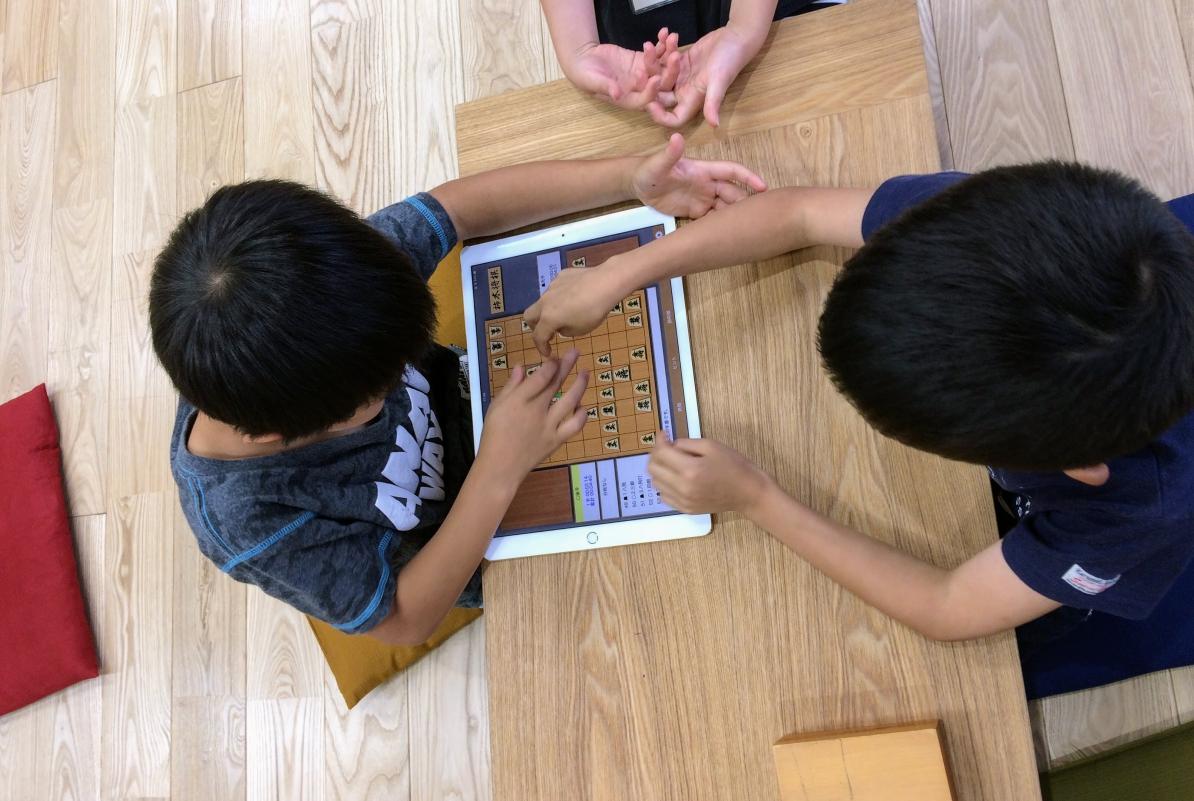 いつつ将棋教室のレッスンでもiPadによる対局をしていますが、お互い挨拶をするなど実戦を意識するようにしています。