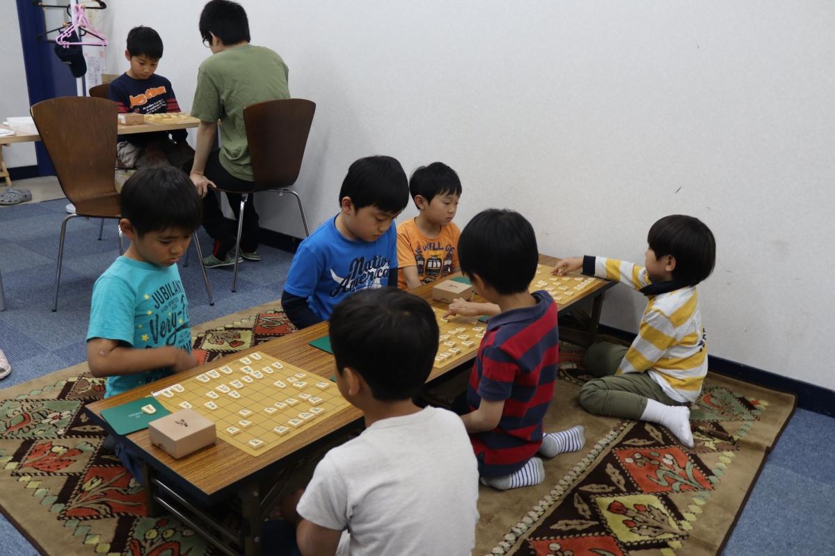 姿勢を正し、集中して将棋を指す子どもたち。