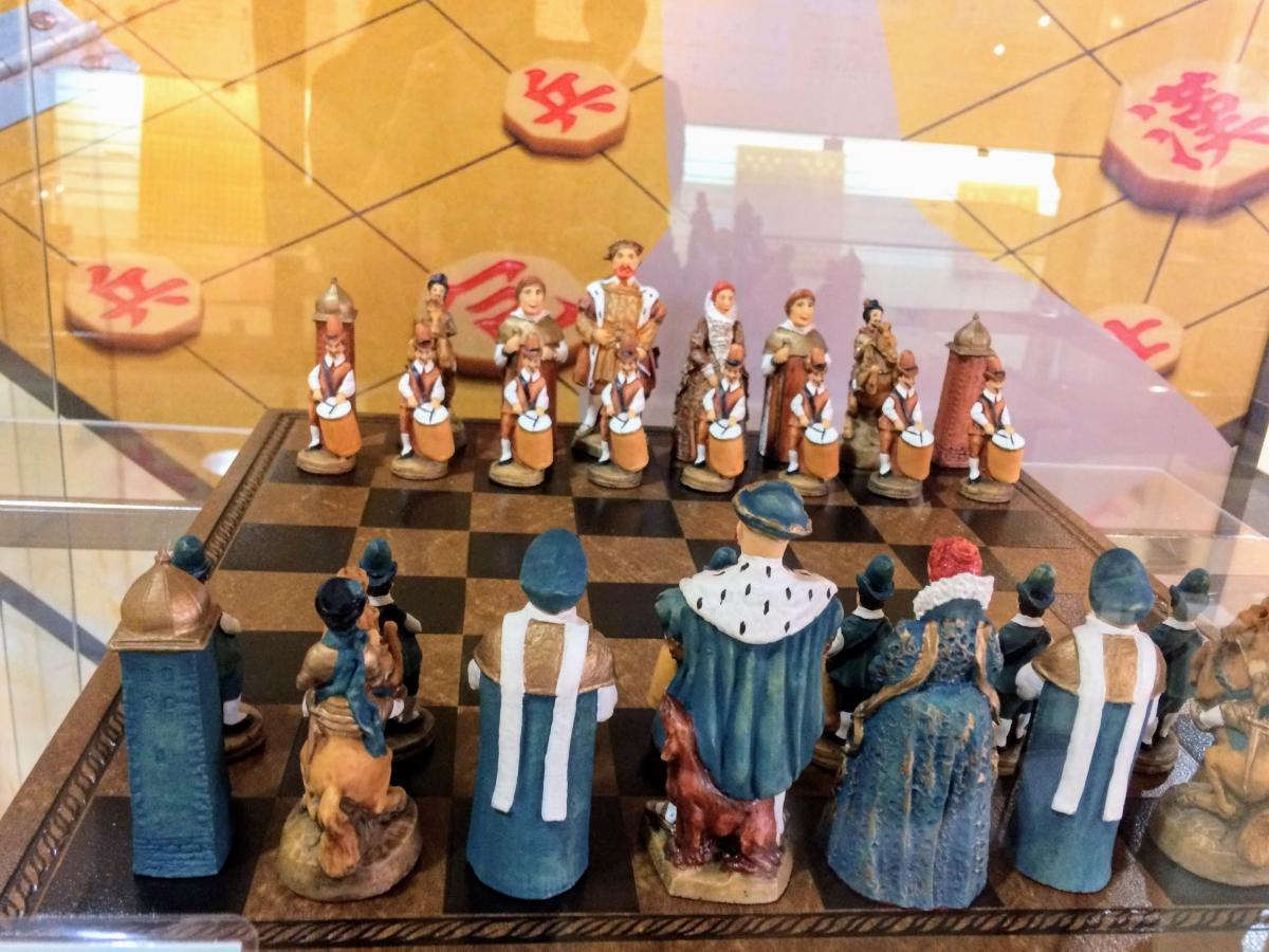 実際に触れて体験してもらうことが、将棋に興味を持ってもらうきっかけになると話す田中さん。