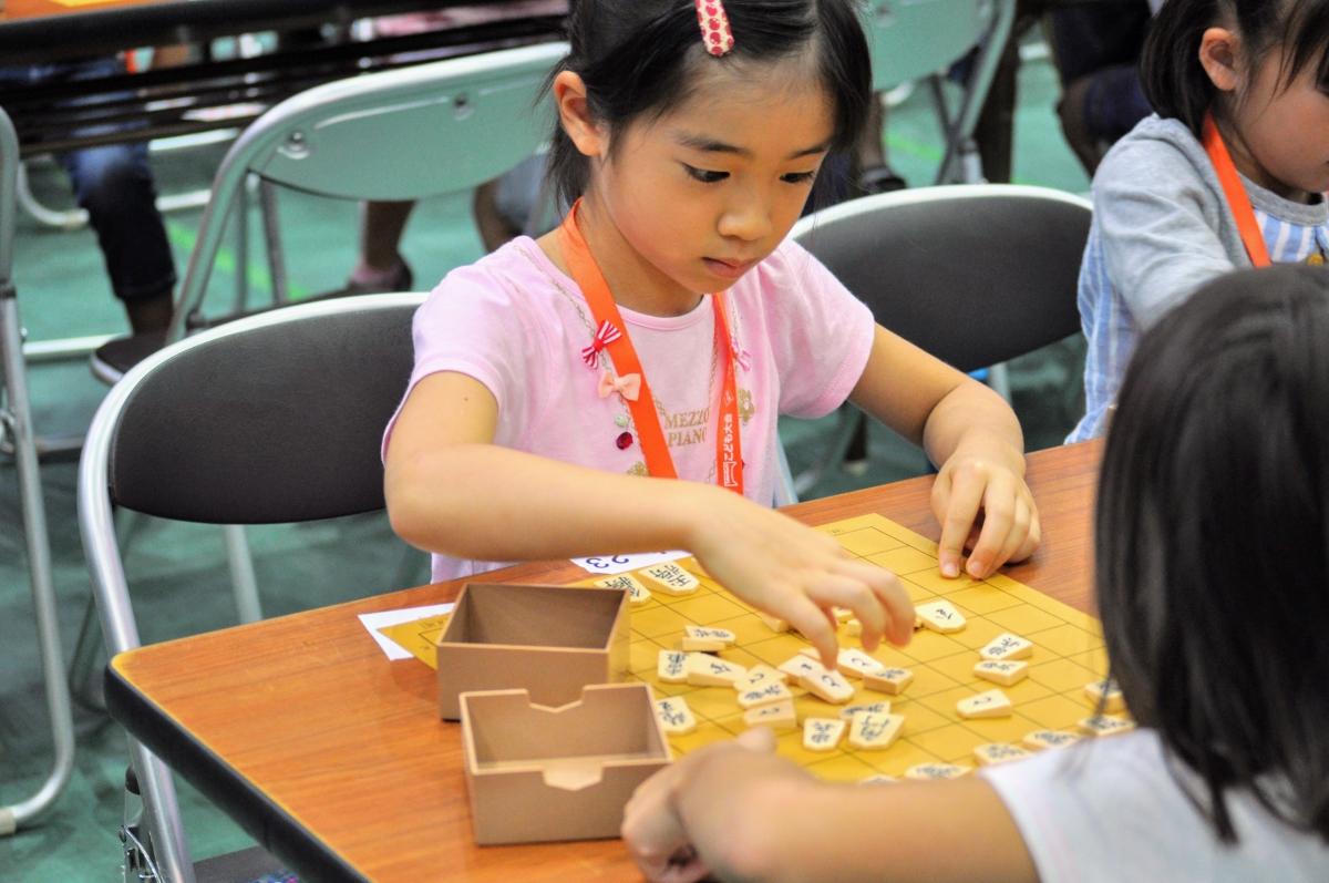 将棋の知識がなくても、子どもたちの表情や仕草から戦況が分かるかも