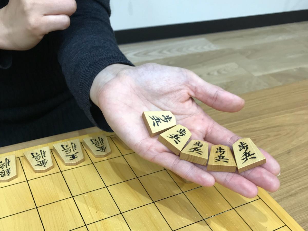 名人戦創設時には既に5枚の駒で振り駒が行われていました。