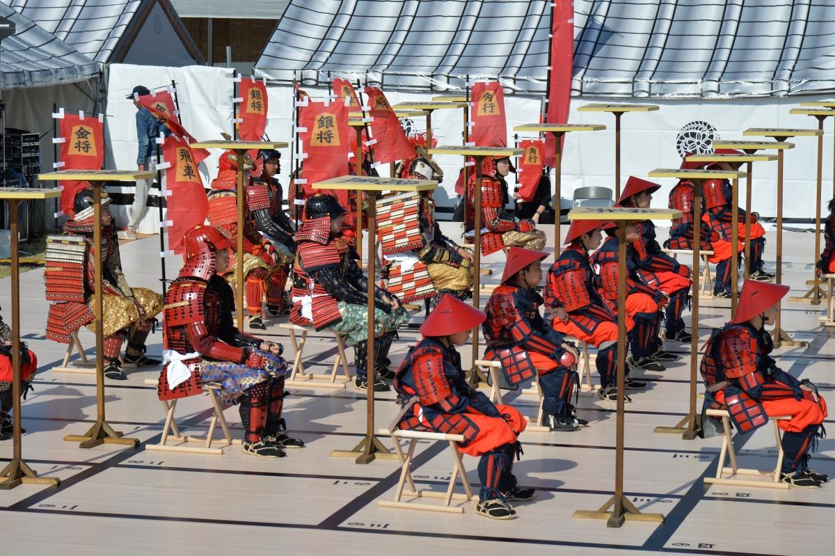 姫路城下で本格的な甲冑を着て繰り広げられる人間将棋は、官兵衛が活躍していた当時さながら(写真提供:姫路市)