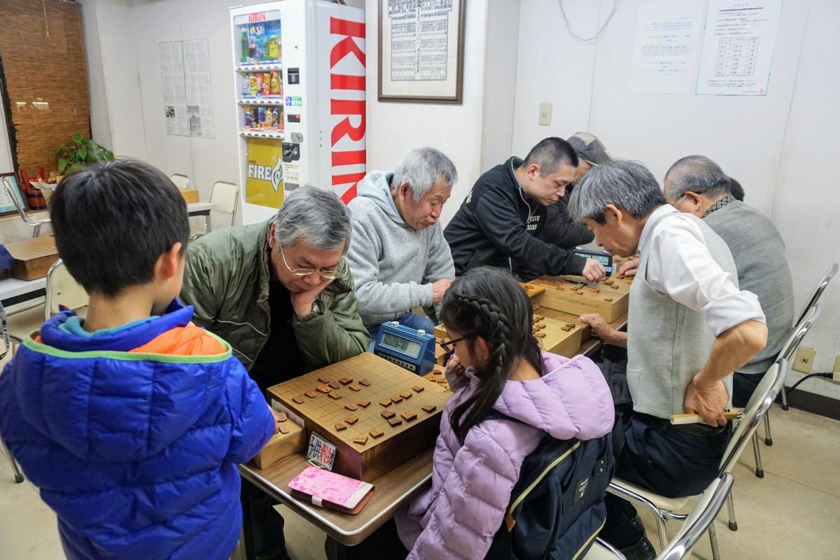 日本一厳しい昇給規定の中、真剣に将棋に取り組む棋道舘の会員たち