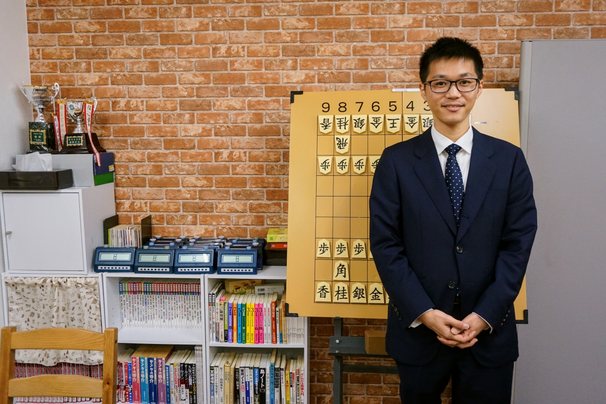 現役のプロ棋士でありながら将棋教室の運営も行う宮本広志五段