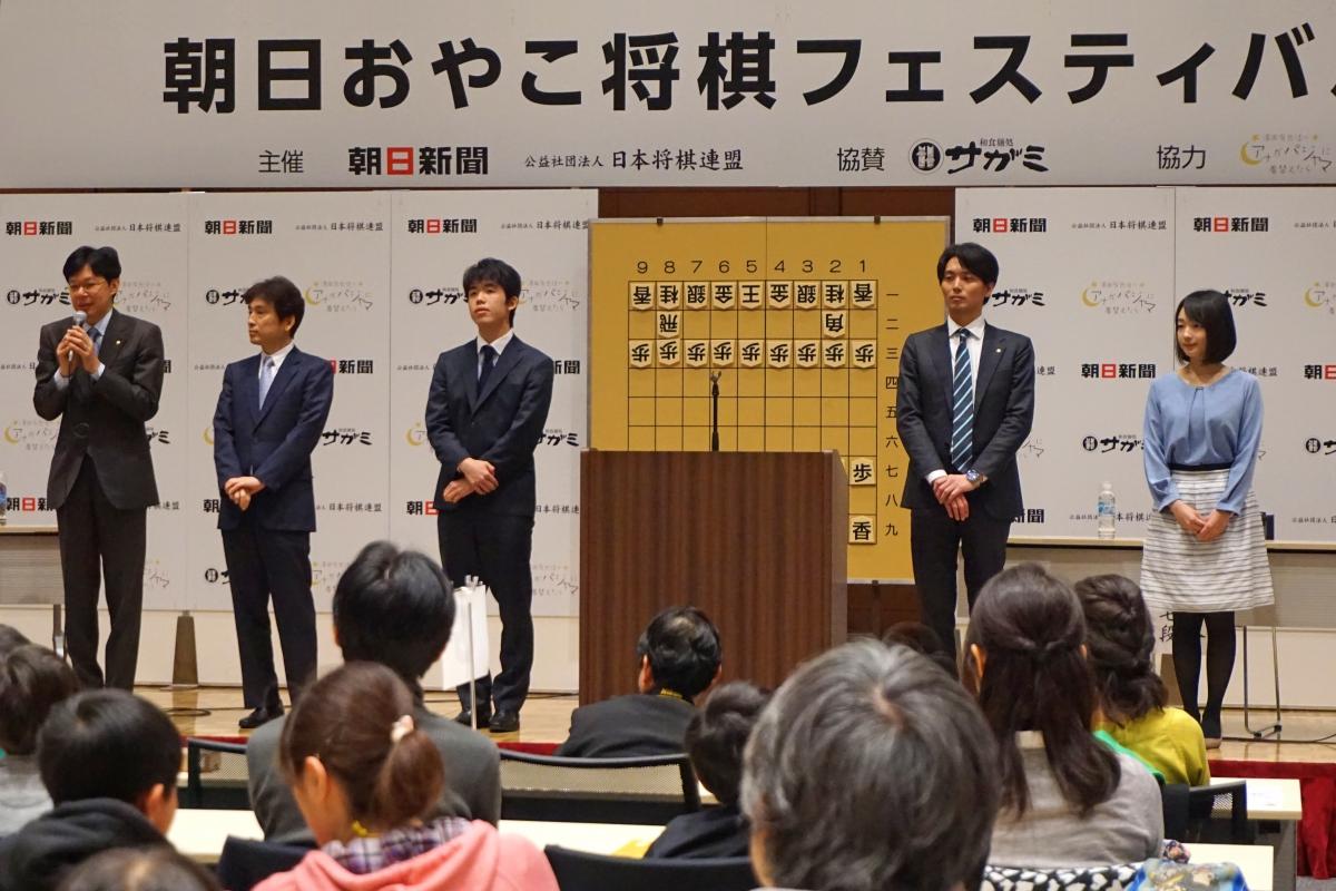 現役が活躍プロ棋士の先生たちがゲストとして迎えられていました。